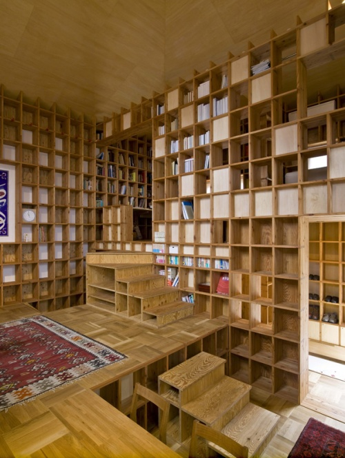 木质结构的建筑内部,足足五十二平方公尺的居住面积