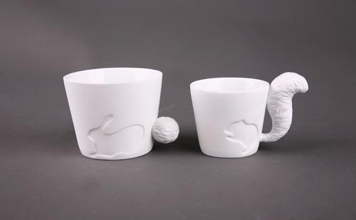 于是就有了这样的小动物杯子——杯子上有小松鼠