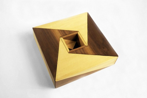 正方形木盒组合在一起