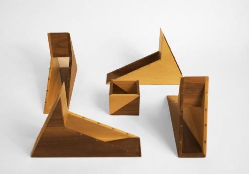 四个不规则形状的盒子围绕正方形木盒组合在一起