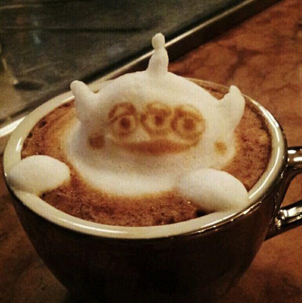 小动物们在咖啡里的半身浴