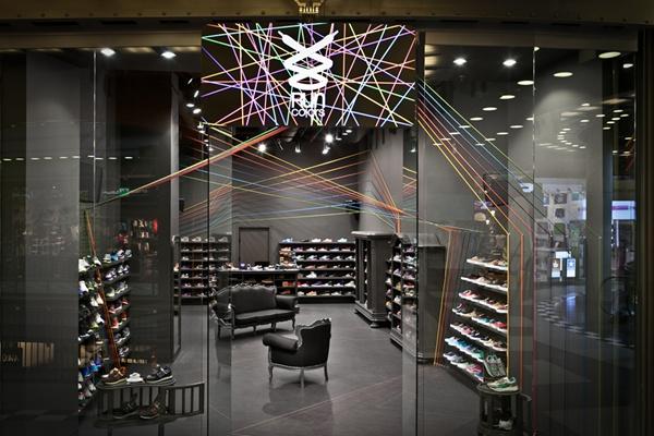 运动鞋店里的彩虹绳索:奔跑吧