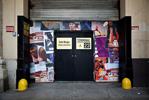 將室內改造成一個籃球場兼球鞋展廳