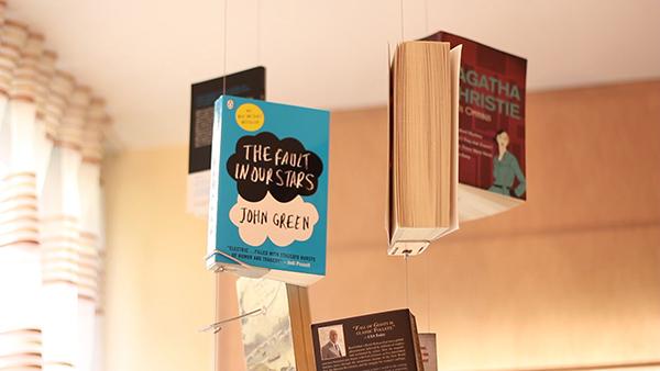 整体看上去就像是书本都漂浮起来一般,而移动和取放书本也可以轻松