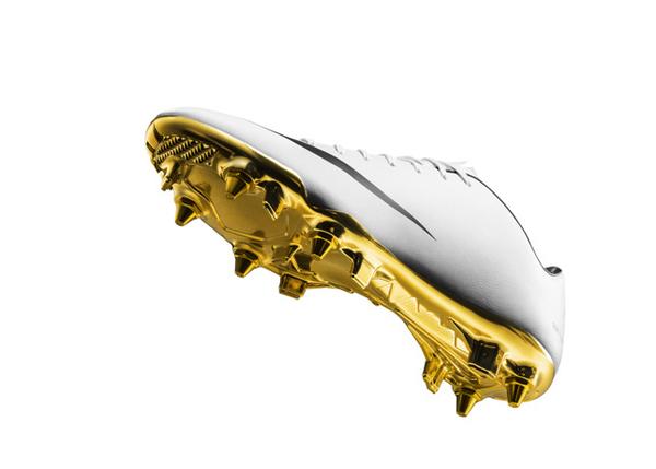 作为世界最优秀的足球运动员之一,C 罗身边一直不乏品牌热捧。日前,NIKE 就推出一款特别限量版 Mercurial Vapor IX CR7 以纪念 C 罗在上赛季斩获俱乐部 200 球并荣膺金球奖的殊荣。这款足球鞋鞋身为人造皮革材质,以极简白色为主调配以黑色的 logo 及内衬,而金色的鞋底更是彰显了 C 罗王者之气。