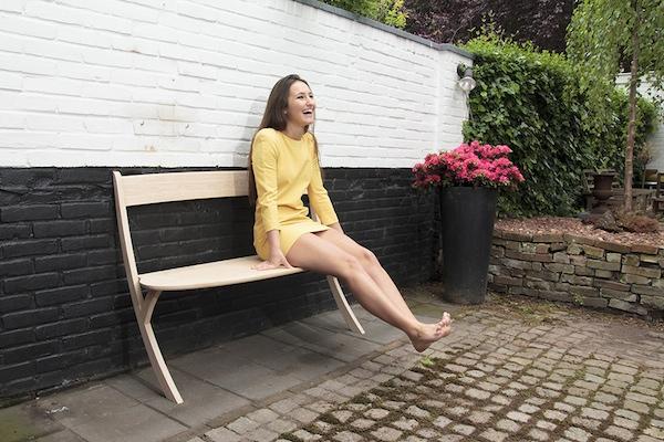 优雅且稳固,Izabela Bołoz 打造两条腿长椅 | 理想生活实验室 - 为更理想的生活