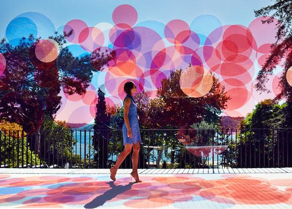 球形态,设计师将红,白,蓝等半透明的亚克力圆片重叠置放在博斯普鲁斯