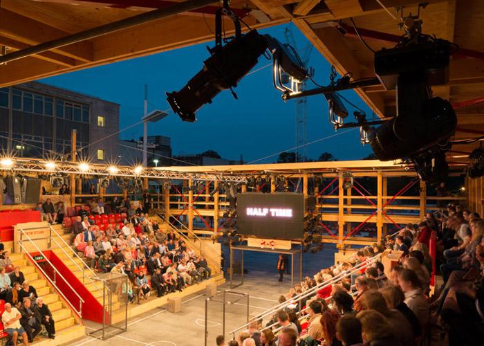 打造了一个足球场式的快闪剧院:观众席按照足球场的