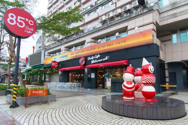 上海浦东新区昌里路的 85℃ 装修后重新开业:经典的白色店招变为黑底