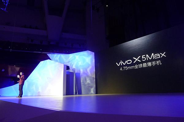 X5Max 机身厚度仅为 4.75mm,目前全球最薄,在此基础上配备 5.5 英寸全高清 Super AMOLED 屏,中框、电路板和扬声器等都有专门定制。现场通过情景剧来演示两种 SIM 卡都能用的卡托、3.5mm 耳机孔、1300 万像素摄像头和 8 核心骁龙 615 方案。 | 理想生活实验室 - 为更理想的生活