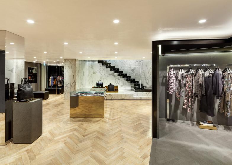服饰则被挂在特别用黑色木材打造的橱窗展示区.图片