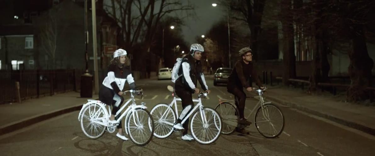 沃尔沃的这罐喷雾,让黑暗中的骑行者更加显眼 | 理想生活实验室 - 为更理想的生活