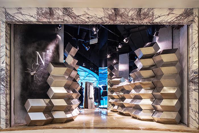 皓若银河丨FOUNTAIN 丰泉  CTHM、atelier I-N-D-J 从丰泉餐厅二楼直落地面的银河出自新锐青年建筑设计集合体 CTHM 和跨领域工作室 I-N-D-J 的合作。4 米高的半透明灯带在夜晚中折射出如水一般的梦幻效果,与餐厅外的许愿池景观结合起来,如同银河坠入人间。