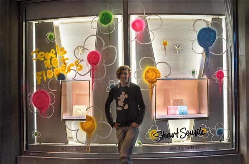 向年轻一代示好,宝格丽联动全球七座城市推出橱窗手绘图片